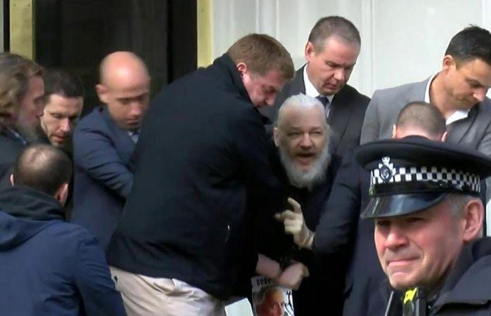 Tiene julian assange riesgo de suicidio muy elevado