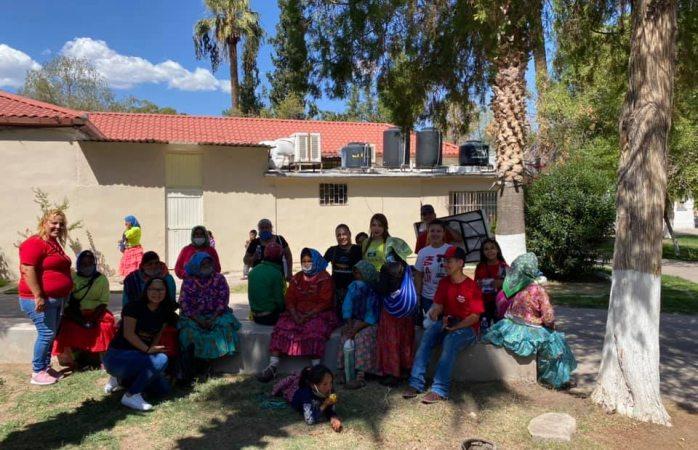 Regalan burritos a tarahumaras en el parque lerdo