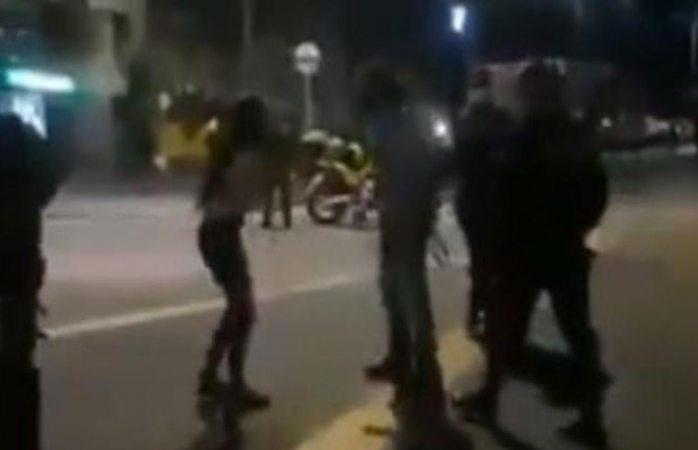 Padre saca a su hija de manifestación a cinturonazos