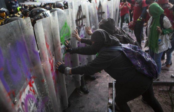 Manifestación pro aborto deja lesionadas a 13 civiles y 43 policías