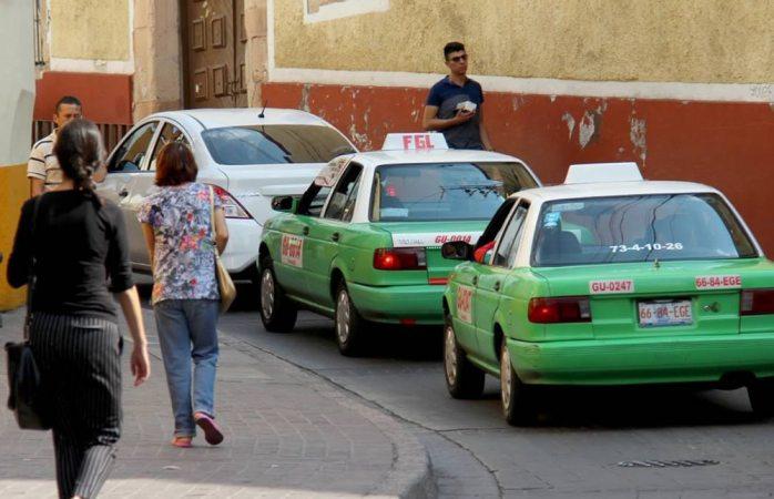 Regalan auto a taxista que delató a secuestrador