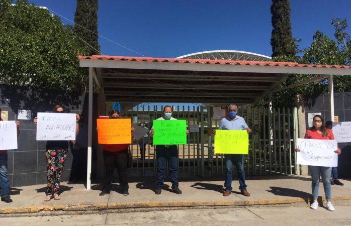 Protestan maestros en escuela por aviadores